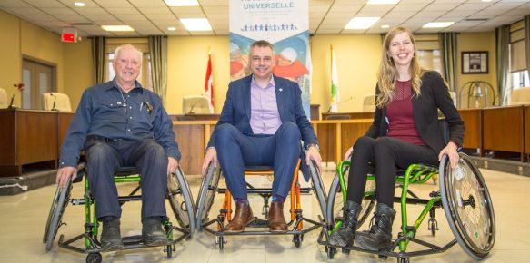 De gauche à droite : messieurs Denis Luneau, instigateur du projet, André Bellavance, maire de Victoriaville, et madame Julie Gagnon, directrice générale de la Fondation InterVal.